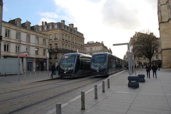 Остановка трамваев возле башни и собора Сент-Андре