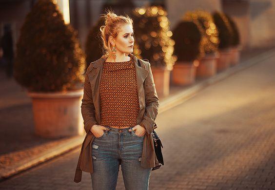 Fashion Bloggerin Christina Key trägt eine lässige Jeans Hose