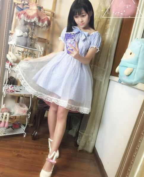 Bleděmodré šaty ve stylu lolita dokonale odráží všechny prvky dívčího stylu