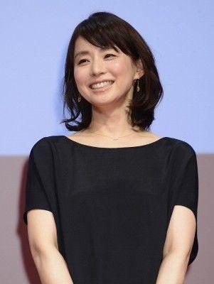 ステージで笑っている石田ゆり子