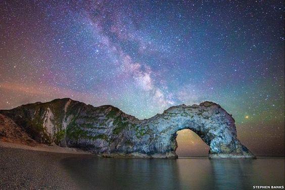 Vía Láctea por encima de Durdle Door, una formación rocosa en Dorset, Reino Unido. Foto: BBC Mundo