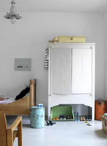 lovely cupboard...got something similar in the garage waiting for a revamp...!