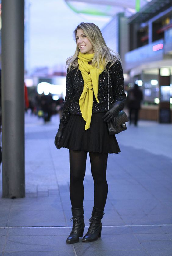 Meia calça + saia rodada + blusa linha preta + cachecol color + coturno: