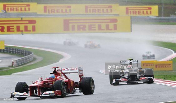 Fernando Alonso wychodzi na prowadzenie w trakcie wyścigu o GP Malezji 2012