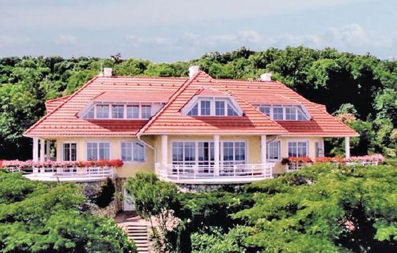 Ferienhaus - Balatonalmádi - UBN657 Über den Dächern von Balatonalmádi… so beginnt kein Filmtitel, aber ganz sicher ein unvergesslicher Urlaub für Sie. Balatonalmádi ist einer der wohl bekanntesten Orte am nördlichen Ufer des Balaton.