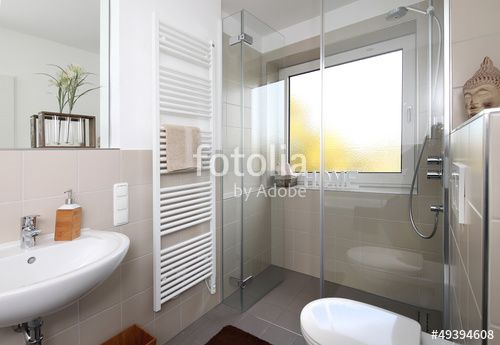 Kleine Badezimmerrenovierungen Und Richtige Wahl Der Armatur Kleines Badezimmer Nach Renovierung Dusche Fenster Duschkabine Badezimmereinrichtung