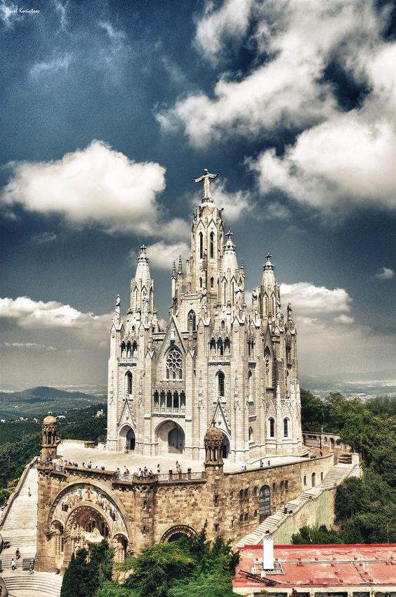 Templo Expiatorio Sagrat Cor en el #Tibidabo, #Barcelona; formado por dos iglesias superpuestas. http://www.viajarabarcelona.org/lugares-para-visitar-en-barcelona/tibidabo/ #Catalunya