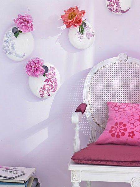 So blühen Vasen auf! Schon ihr florales Dekor macht die kleinen Porzellangefäße zum Wandschmuck – eine Alternative zu Tisch- und Bodenvasen.