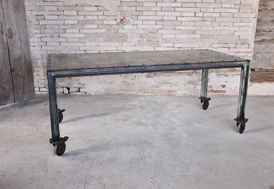 un bellissimo tavolo interamente in ferro, realizzato su misura. la particolarità di questo tavolo oltre la sua linea in stile industriale è la sua SESTINI E CORTI