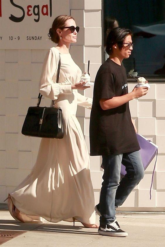 Анджелина Джоли на прогулке в Голливуде (фото 2)