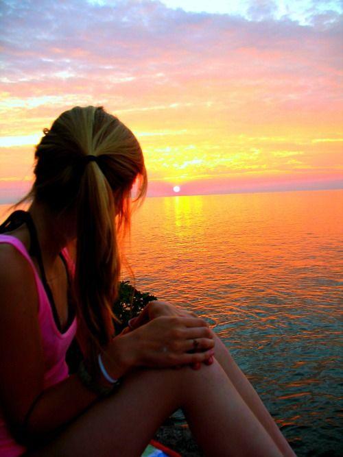 Resultado de imagen de chica viendo puesta de sol