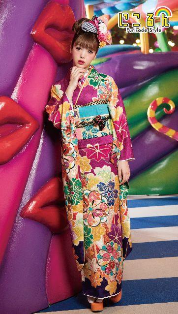 紫ベースの振袖を着ている藤田ニコル