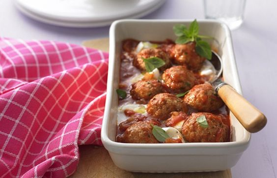 Putenbällchen in Tomatensauce mit Mozzarella - Abendessen ohne Kohlenhydrate: einfache Rezepte