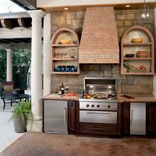 .built-in outdoor kitchen.     t