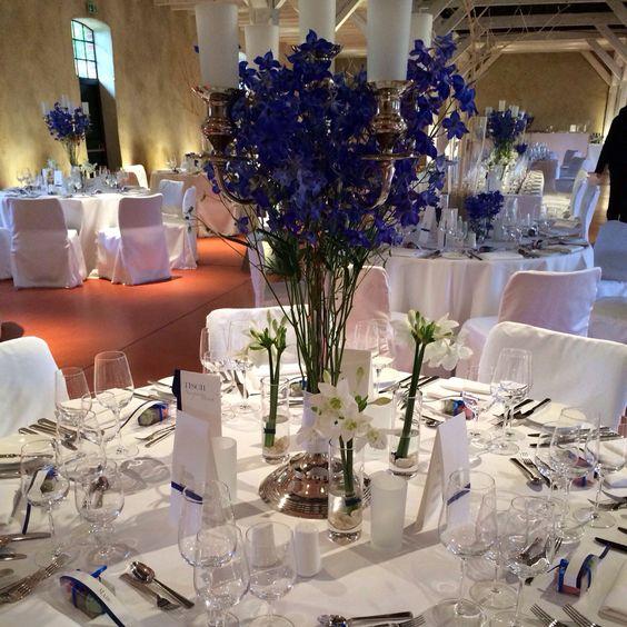 blaue blumen in hohen vasen hohe tischdekoration pinterest. Black Bedroom Furniture Sets. Home Design Ideas