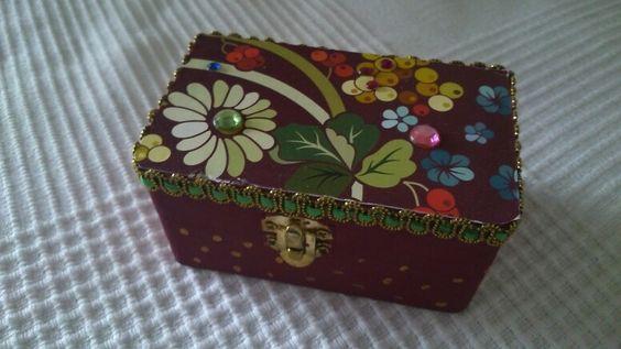 Schatzkiste zum Muttertag   Holzkiste mit Papier, Borten und Glitzersteinen beklebt