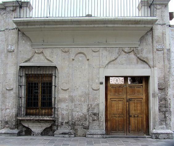 Cacería Tipográfica N° 87: Fachada completa de casona en calle Santa Catalina en Arequipa con las palabras AÑO DE en una columna y 1835 en la otra.
