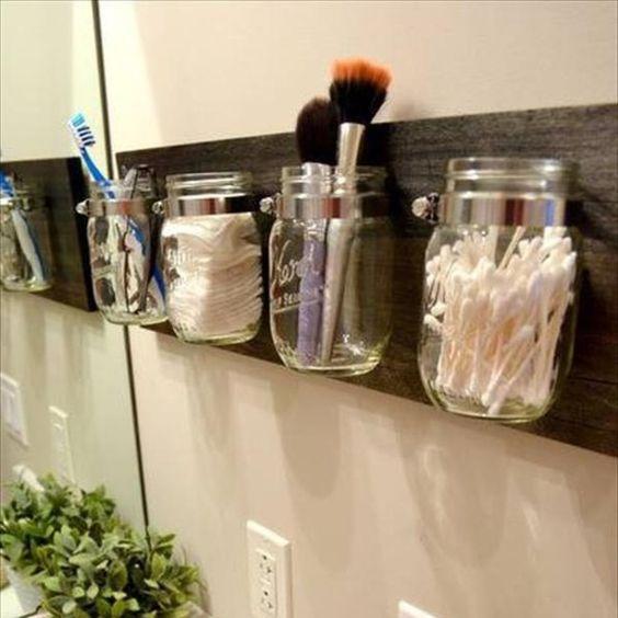 Et si on utilisait des bocaux pur ranger nos cotons, pinceaux, peignes... dans la salle de bain ?