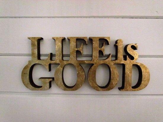 """Life is Good Dourado, """"A VIDA É BOA"""", frase feita em MDF, com pintura na cor marrom envelhecida. Uma frase positiva e em seu ambiente, ficará linda! Pode ser usada na sua estante, parede, sobre uma mesa de centro ou onde você achar que ela vai te fazer feliz!"""