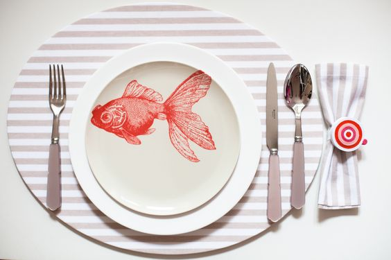 Octopus's Garden: la nuova collezione estiva 2014 di #Centrotavola #Milano.  Tovaglietta all'americana atimacchia con piatto pesce rosso in melamina. Dinnerware with stain resistant placemat and malamine plate red fish.