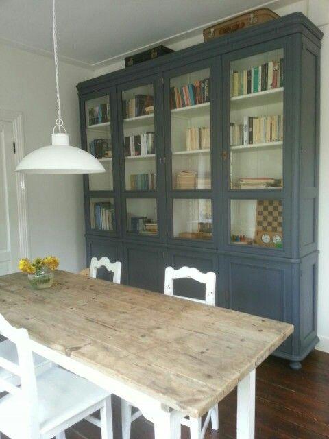 Oude brocante eettafel met oude stoelen en grote landelijke ...