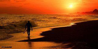 Surfista, de regreso, en el ocaso | by Saudade Mar
