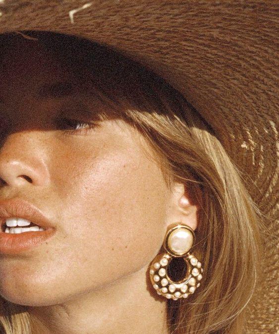 Rien de tel que des boucles d'oreilles néo-bourgeoises pour twister la dimension champêtre du chapeau de paille !