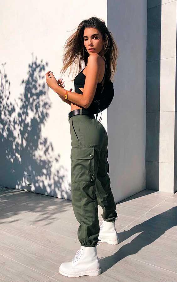 #GuitaModa. Top cropped preto, calça cargo verde militar, coturno branco.