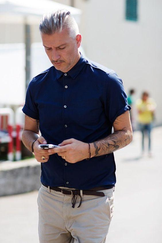 ネイビーのシャツとグレーのパンツ)