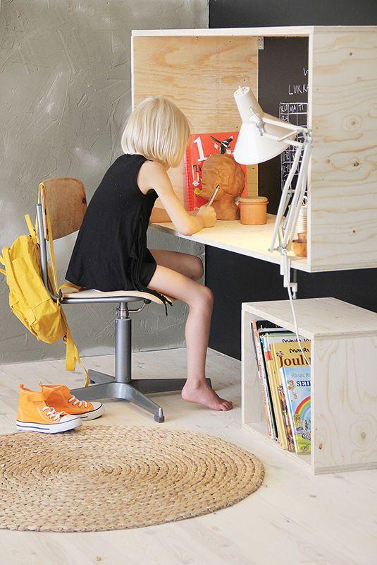 Työpiste lapsille ja aikuisille.  Työpiste kiinnitetään seinään sopivalle korkeudelle, jolloin sama kaluste sopii aikuisten tai lasten käyttöön. Toimitus sisältää taustalevyn, joka on käsittelemätön. Sen voi maalata itse esimerkiksi liitutaulumaalilla.