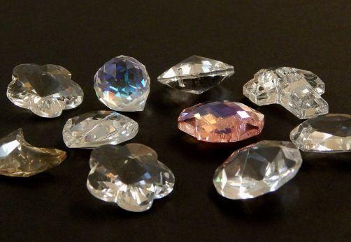 Cristal a granel, figuras y colores variadas, paquete de 10 piezas $45.00 y el paquete de 30 piezas $100.00. Precio especial a mayoristas.