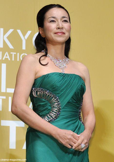 緑色のドレスを着た原田美枝子