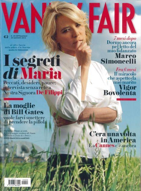 """Vanity Fair Italia n°20 del 25/05/2012 - in copertina Maria De Filippi: """"Quando bevevo troppo""""-  Oggi, per i giovani Amici come per il figlio Gabriele, è la mamma-maestra prodiga di consigli e raccomandazioni. Ma quando la ragazza era lei, baciava tanto. Ed era «scapestrata». La Signora della Tv confessa quello che non aveva mai raccontato"""