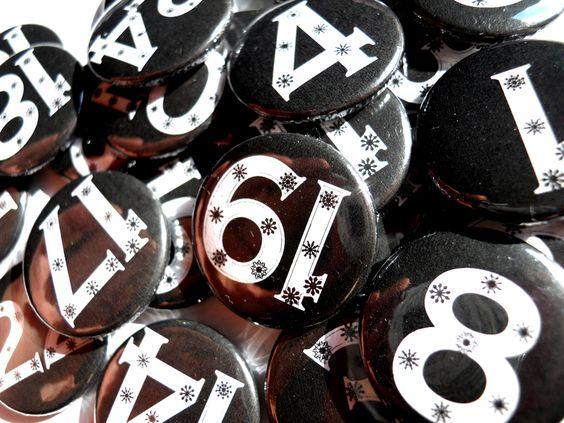 Adventskalender BUTTONS - Schwarz & Weiß 1-24    Hier gibt es DIE Accessoires für euren Adventskalender, oder den für eure Lieben. 24 Zahlenbuttons We