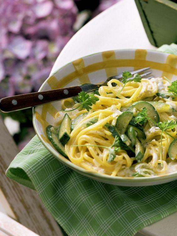 Pasta mit Zucchini-Sahnesoße   Zeit: 30 Min.   http://eatsmarter.de/rezepte/pasta-mit-zucchini-sahnesosse