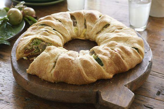 Une farce aux légumes et au fromage se cache sous la croûte dorée de ce spectaculaire hors-d'œuvre.
