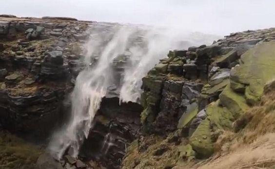 [VIDEO] ¿Una cascada patas arriba? Con fuertes vientos todo es posible http://es.rt.com/ByF