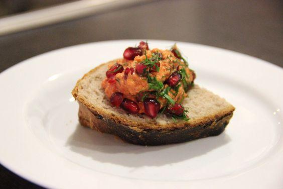 Walnuss-Paprika-Sugo mit Granatapfelkernen und Petersilie auf frischgebackenem Walnussbrot #walnussgenuss