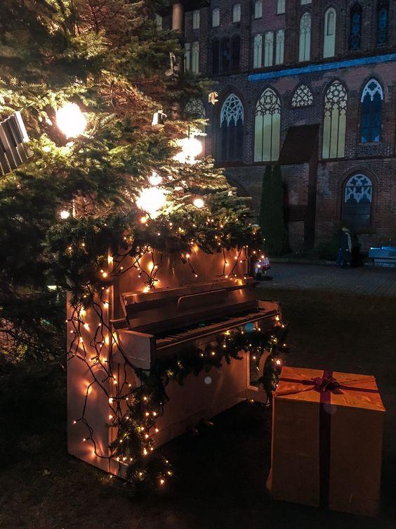 Пианино в новогодних украшениях