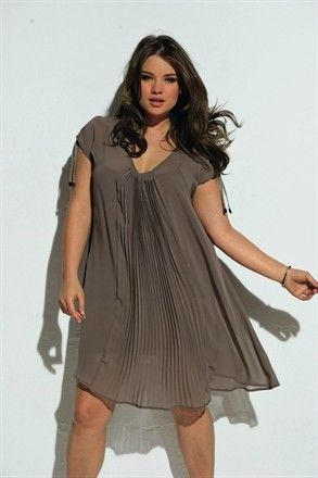 Plus size model in French plus size line (size L and up) Taillissime by La Redoute << Yay, twirling! I love this.