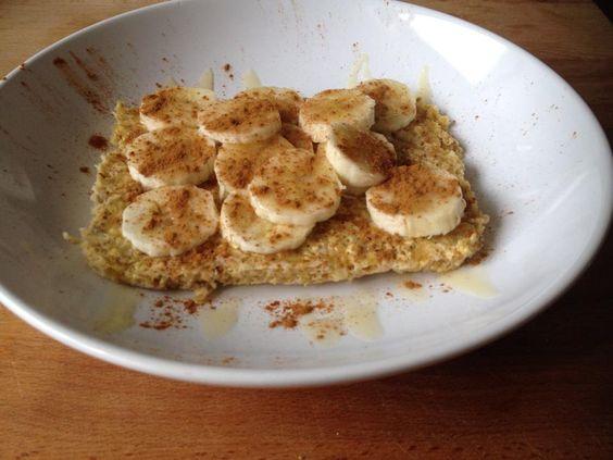 Pão de banana: -1 ovo - 1/2 banana (esmagada) - 1/2 banana para decoração  - canela para decoração  - 4 colheres de sopa de aveia - 1 colher de chá de fermento   Levar ao microondas durante três minutos e colocar a banana por cima, canela a gosto e se quiser um pouco de mel.