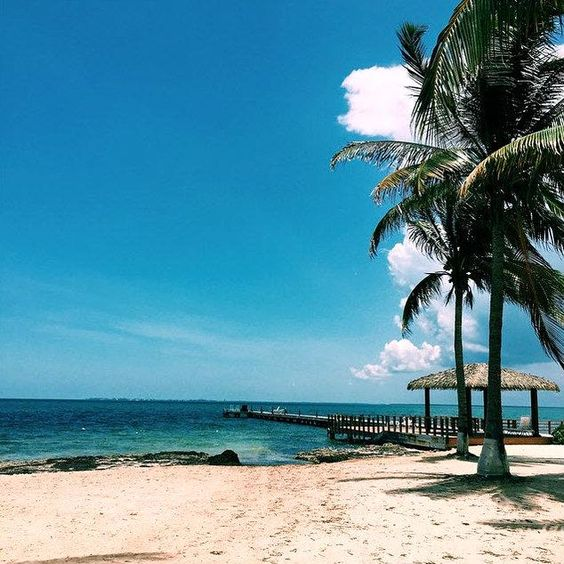 Every day of a beach vacation is a good day!  This shot was captured by our guest daniellelawley at Holiday Inn Resort Grand #Cayman Islands