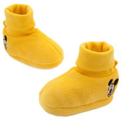 Estos zapatos de Mickey serán el toque final si quieres vestir a tu bebé para que se parezca al personaje. Son igualitos que los de Mickey, están hechos de un suave tejido de felpa y tienen motivos bordados y la posibilidad de dar la vuelta a la parte del tobillo.