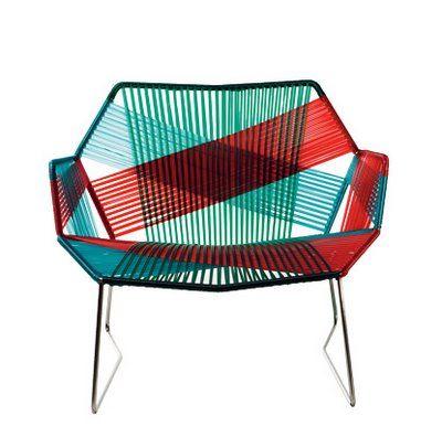 Essa cadeira de espaguete, super confortável, usada nas varandas das casas, nos anos 60 e 70, voltam com tudo para lugares mais nobres, como na sala.