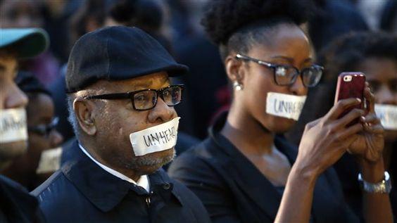 Des dizaines de personnes, dont le professeur Georges Henderson, ont participé à une manifestation pour dénoncer la vidéo raciste lundi matin.