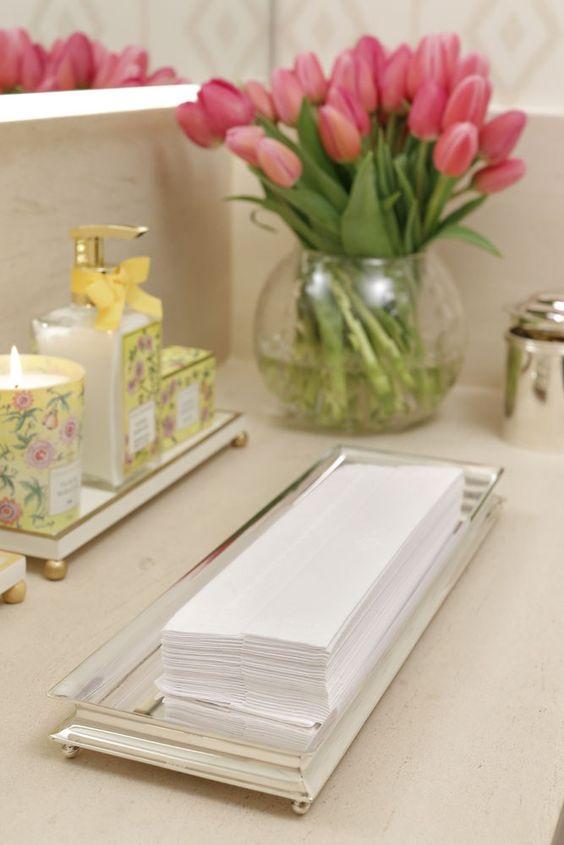Para acomodar as toalhas de papel personalizadas com coroas, a bandeja em prata retangular é linda e clean.
