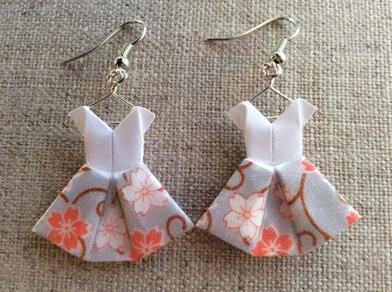 Boucles d'oreille robes grises et blanches à fleurs en origami