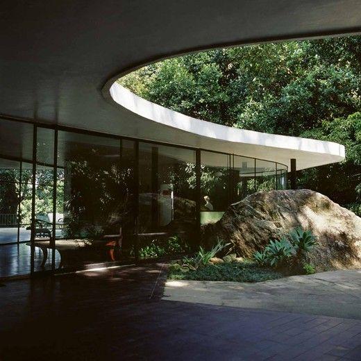 La casa del amigo es muy grande y artistico.: