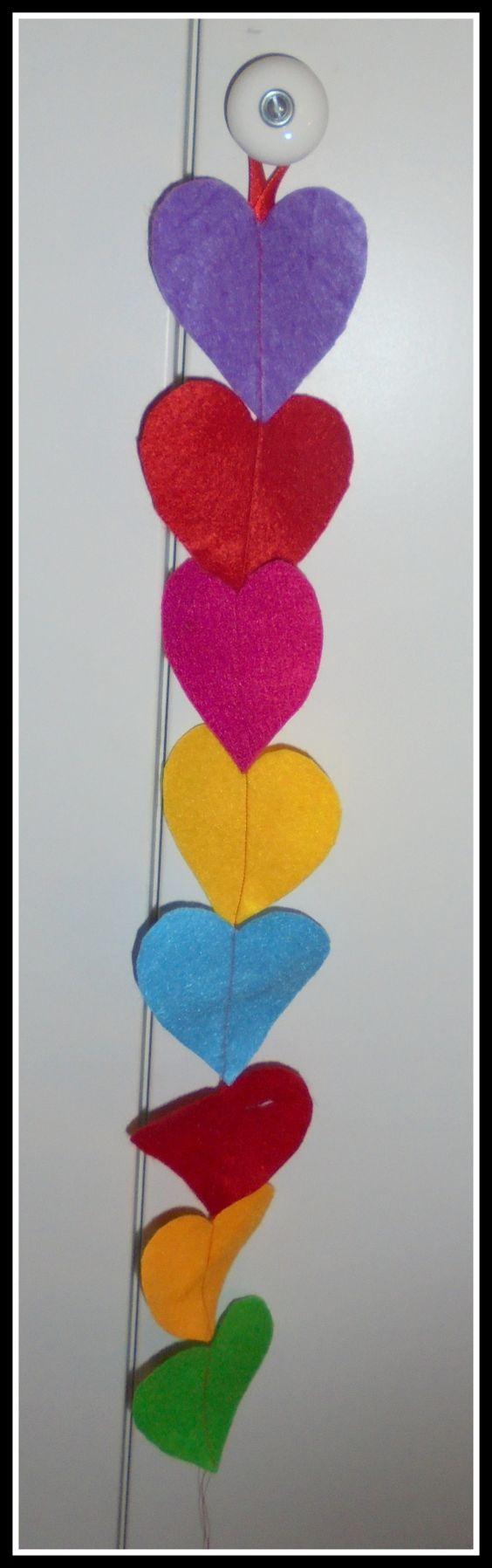 Diferentes colores de móbiles de corazones con usos diversos, para colgar en el pomo de las puertas o de las ventanas. Divertidos, originales y en di