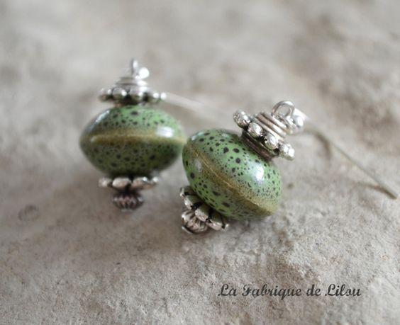Boucles d'oreilles céramique verte mouchetée de noir